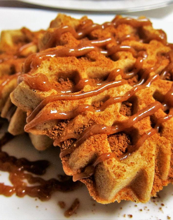 vegan-snickerdoodle-waffles-caramel-sauce
