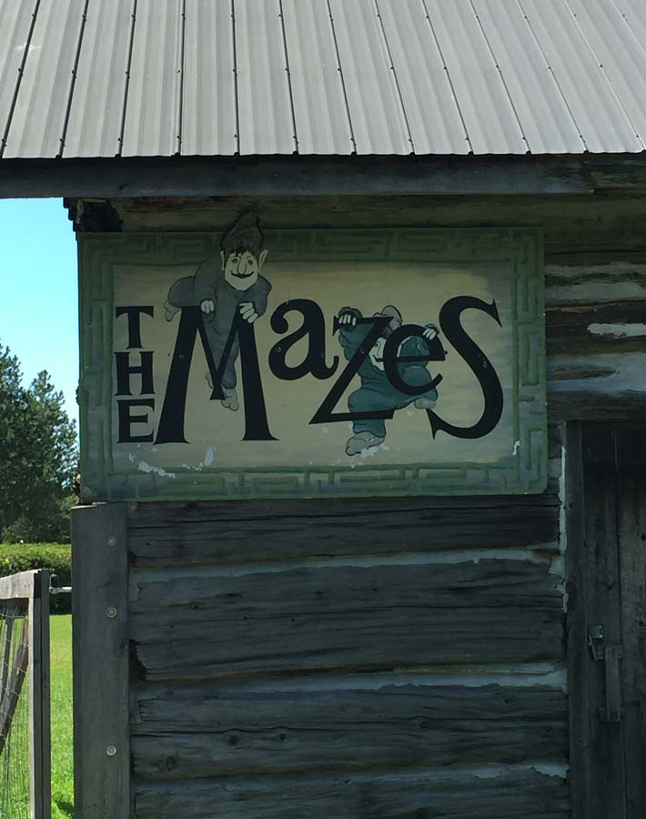 Picture of the sign that leads to the mazes at Saunders Farm