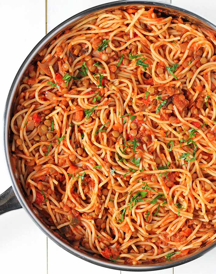 Spaghetti with lentils in a large saucepan.